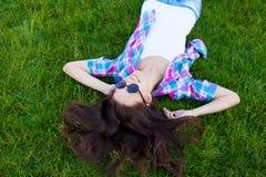 Muchacha adolescente joven que se acuesta Fotos de archivo