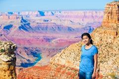 Muchacha adolescente joven que se coloca en Grand Canyon Imagenes de archivo