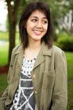 Muchacha adolescente joven que sonríe afuera Fotos de archivo libres de regalías