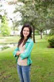 Muchacha adolescente joven que sonríe afuera Fotografía de archivo
