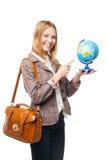 Muchacha adolescente joven que sostiene el globo y que señala en él Imagen de archivo libre de regalías