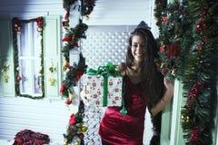 Muchacha adolescente joven sonriente bastante feliz del inconformista delante de la decoración Imagen de archivo