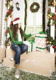 Muchacha adolescente joven sonriente bastante feliz del inconformista delante de la decoración Fotografía de archivo libre de regalías