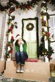 Muchacha adolescente joven sonriente bastante feliz del inconformista delante de la decoración Fotografía de archivo