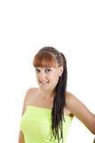 Muchacha adolescente joven sonriente linda en la presentación verde en blanco limpia de la camiseta Fotografía de archivo libre de regalías