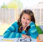 Muchacha adolescente latina americana que hace la preparación en patio trasero Imagen de archivo