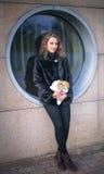 Muchacha adolescente linda con el conejo gris el día de fiesta de Pascua Fotos de archivo