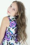 Muchacha adolescente linda con el retrato emocional del pelo rizado en el fondo blanco Imagen de archivo libre de regalías