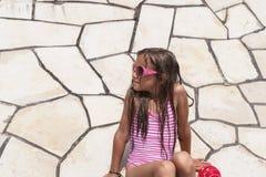 Muchacha adolescente linda en el fondo de la pared de piedra Muchacha adolescente linda fotos de archivo