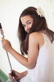 Muchacha adolescente linda en el oscilación Fotos de archivo libres de regalías
