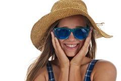 Muchacha adolescente linda en gafas de sol azules Fotografía de archivo libre de regalías