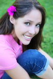 Muchacha adolescente linda en la hierba Fotos de archivo