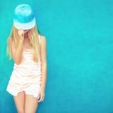 Muchacha adolescente linda en pared azul Foto de archivo