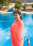Muchacha adolescente linda en piscina Fotos de archivo libres de regalías