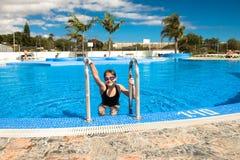 Muchacha adolescente linda en piscina Fotografía de archivo
