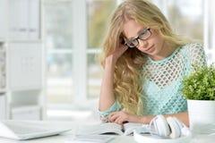 Muchacha adolescente linda que hace la preparación Imagen de archivo