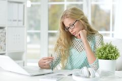 Muchacha adolescente linda que hace la preparación Imágenes de archivo libres de regalías