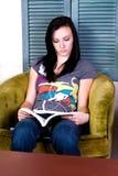 Muchacha adolescente linda que lee un libro Fotos de archivo