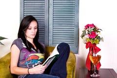 Muchacha adolescente linda que lee un libro Fotos de archivo libres de regalías