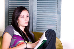 Muchacha adolescente linda que lee un libro Fotografía de archivo