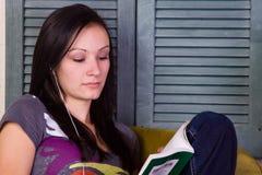 Muchacha adolescente linda que lee un libro Fotografía de archivo libre de regalías