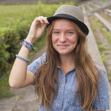Muchacha adolescente linda que lleva un sombrero, al aire libre en el parque Fotografía de archivo