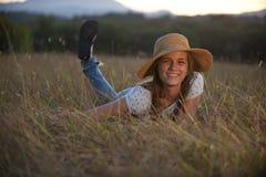 Muchacha adolescente linda que miente en hierba Foto de archivo libre de regalías