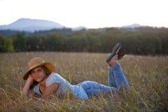 Muchacha adolescente linda que miente en hierba Imagen de archivo