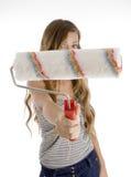 Muchacha adolescente linda que muestra el cepillo de pintura fotografía de archivo libre de regalías