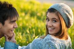 Muchacha adolescente linda que pone en hierba verde. Fotografía de archivo