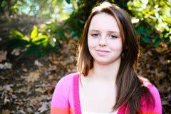 Muchacha adolescente linda que se relaja al aire libre Fotografía de archivo libre de regalías