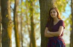 Muchacha adolescente linda que se relaja al aire libre Fotos de archivo