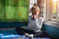 Muchacha adolescente linda que se sienta en el mirador Imagenes de archivo