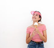 Muchacha adolescente linda que sostiene el cono de helado Foto de archivo libre de regalías
