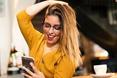 Muchacha adolescente linda que toma el selfie en cafetería Fotografía de archivo libre de regalías