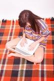 Muchacha adolescente marrón hermosa con la computadora portátil Imágenes de archivo libres de regalías