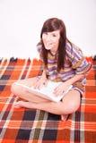 Muchacha adolescente marrón hermosa con la computadora portátil Fotografía de archivo libre de regalías