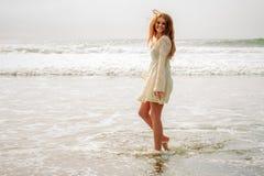 Muchacha adolescente mojada en la playa Imagen de archivo libre de regalías