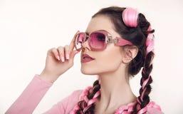 Muchacha adolescente morena con dos trenzas francesas del kanekalon rosado, f Imagen de archivo libre de regalías