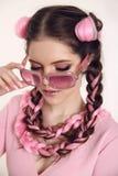 Muchacha adolescente morena trenzada con dos trenzas francesas del kane rosado Imagen de archivo libre de regalías