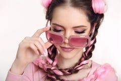Muchacha adolescente morena trenzada con dos trenzas francesas del kane rosado Foto de archivo