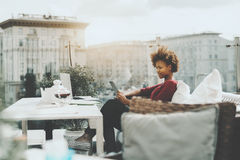 Muchacha adolescente negra con el ordenador portátil y la tableta digital Fotografía de archivo libre de regalías