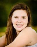 Muchacha adolescente o adolescente feliz al aire libre Foto de archivo