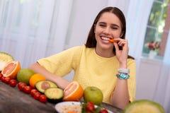 Muchacha adolescente optimista que come el bocado Foto de archivo