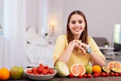 Muchacha adolescente optimista que come la fruta Fotografía de archivo libre de regalías