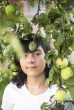 muchacha adolescente Oscuro-cabelluda en el manzanar Naturaleza Fotos de archivo libres de regalías