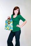 Muchacha adolescente pelirroja con el bolso de compras Fotografía de archivo libre de regalías