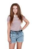 Muchacha adolescente pelirroja en pantalones cortos Foto de archivo
