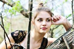 Muchacha adolescente pensativa cerca del árbol Fotos de archivo libres de regalías