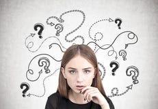 Muchacha adolescente pensativa, preguntas y flechas Imagen de archivo libre de regalías